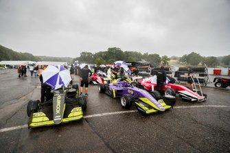 Le pilotesse e le auto nella pioggia prima della FP1