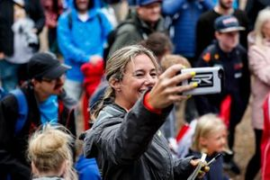 Shea Holbrook neemt een selfie