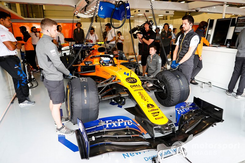 Lando Norris, McLaren MCL34, dans le garage