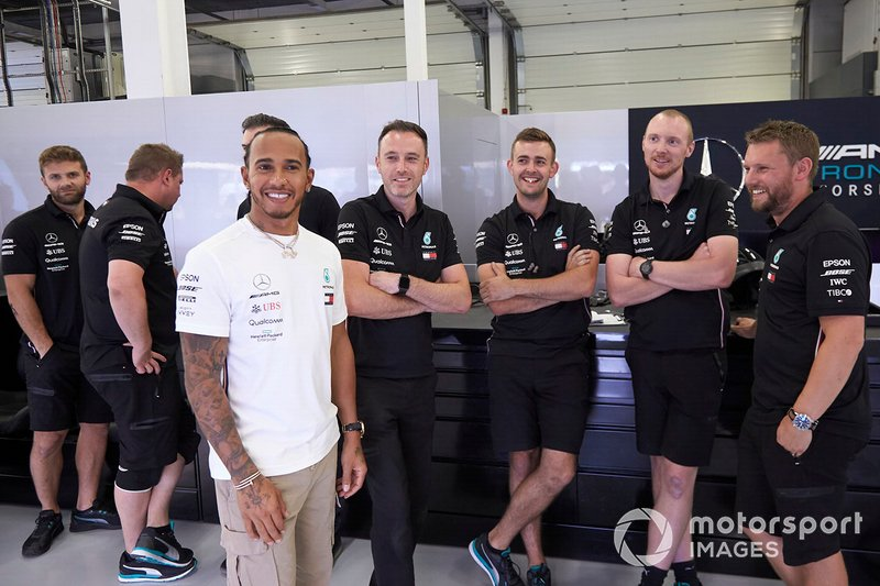 Lewis Hamilton, Mercedes AMG F1, and mechanics in the team's garage