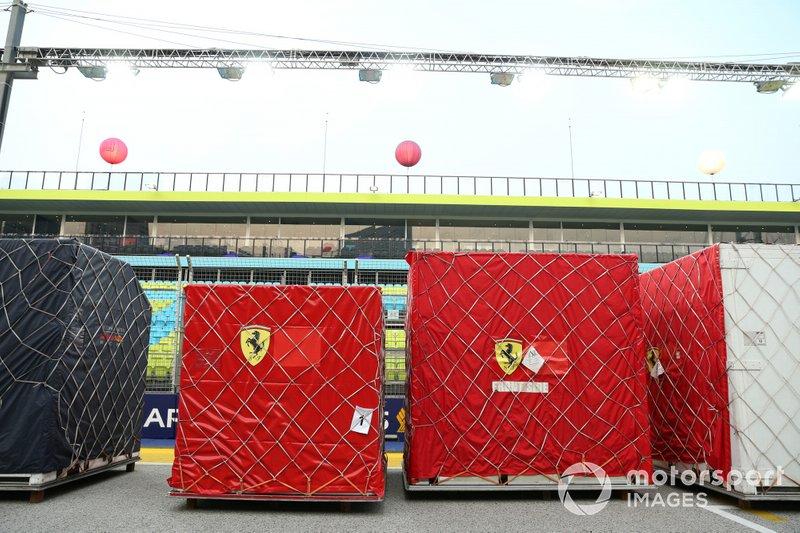 Casse Ferrari sul rettilineo di partenza/arrivo