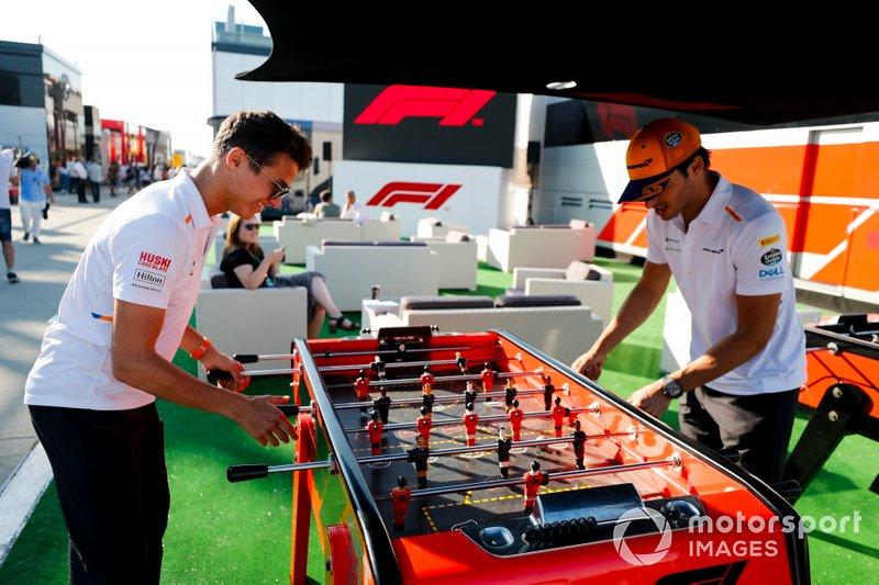 Lando Norris, McLaren y Carlos Sainz Jr, McLaren juegan al futbol en el paddock.