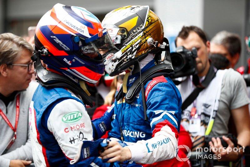 El campeón de la FIA F3 2019, Robert Shwartzman, PREMA Racing, y Niko Kari, Trident