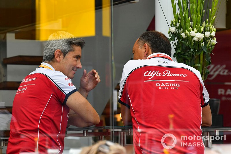 Frederic Vasseur, Team Principal, Alfa Romeo Racing, talks to a colleague