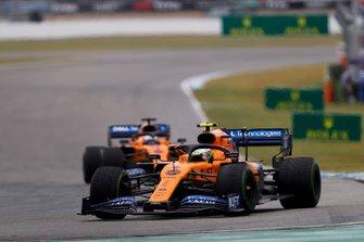 Lando Norris, McLaren MCL34, voor Carlos Sainz Jr., McLaren MCL34