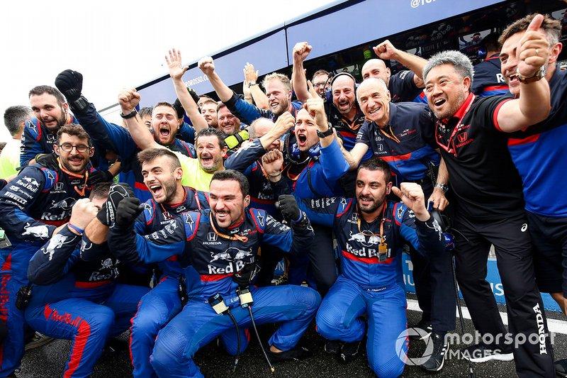 Tim Toro Rosso merayakan podium Daniil Kvyat, Toro Rosso