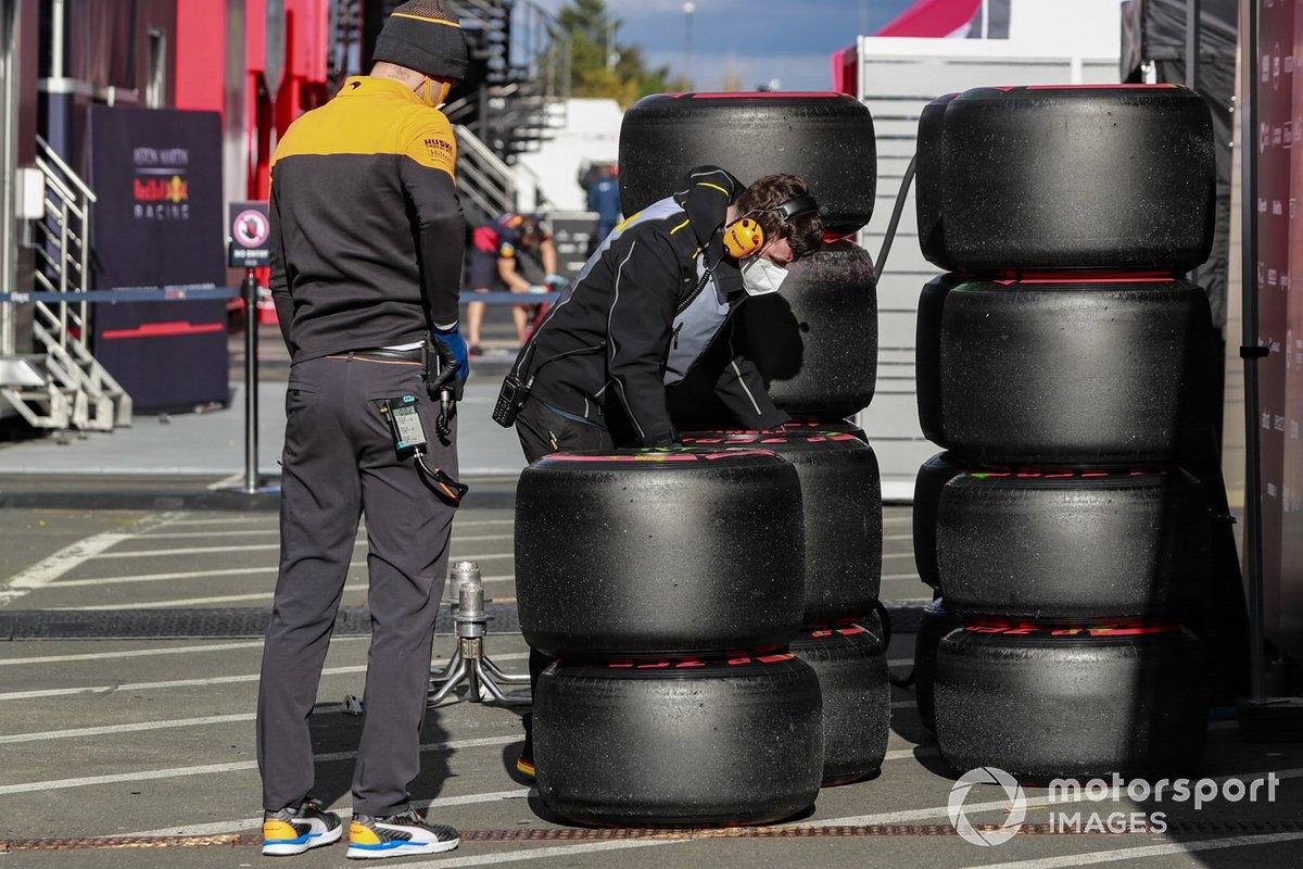 Los mecánicos trabajan en algunos neumáticos