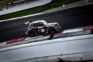 Автомобиль Legend на трассе ADM Raceway