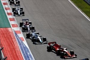 Sebastian Vettel, Ferrari SF1000, Nicholas Latifi, Williams FW43, Kimi Raikkonen, Alfa Romeo Racing C39, George Russell, Williams FW43, en Alex Albon, Red Bull Racing RB16