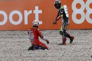 Andrea Dovizioso, Ducati Team de su caída y Johann Zarco, Avintia Racing