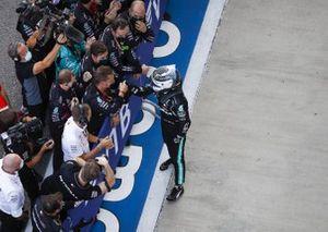Le vainqueur Valtteri Bottas, Mercedes-AMG F1, dans le parc fermé