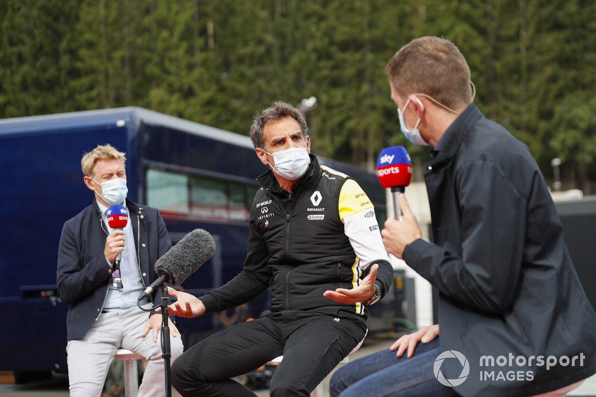 Сириль Абитбуль, управляющий директор Renault F1, с ведущими Sky F1