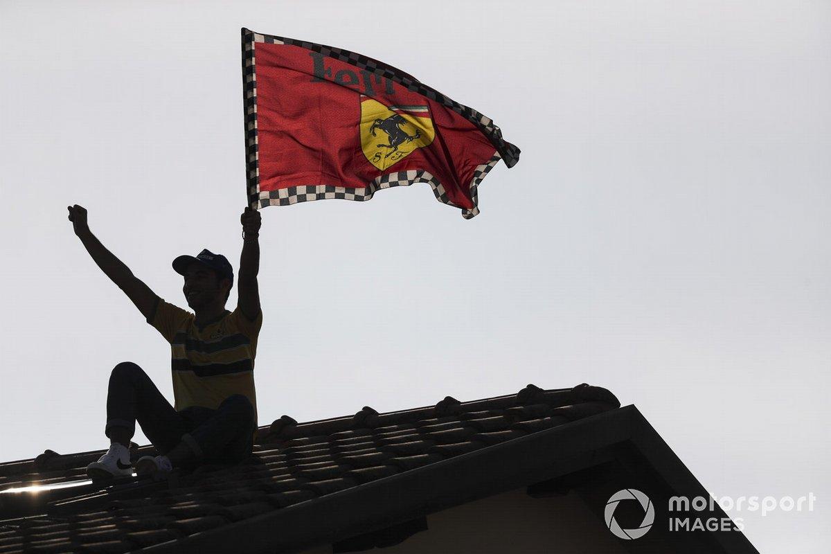 Los fans de Ferrari en un techo