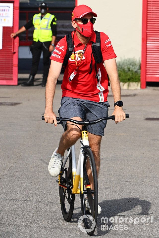 Sebastian Vettel, Ferrari, va in bicicletta nel paddock