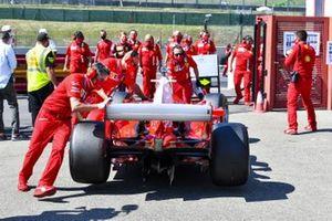 Il team Ferrari con la Ferrari F2004 vincitrice del campionato con Michael Schumacher