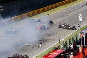 Carlos Sainz Jr., McLaren MCL35, Antonio Giovinazzi, Alfa Romeo Racing C39 and Kevin Magnussen, Haas VF-20 crash
