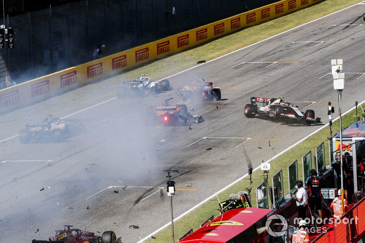 Incidente di Carlos Sainz Jr., McLaren MCL35, Antonio Giovinazzi, Alfa Romeo Racing C39 e Kevin Magnussen, Haas VF-20