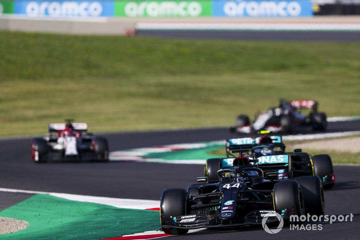 Lewis Hamilton, Mercedes F1 W11, Valtteri Bottas, Mercedes F1 W11, e Kimi Raikkonen, Alfa Romeo Racing C39