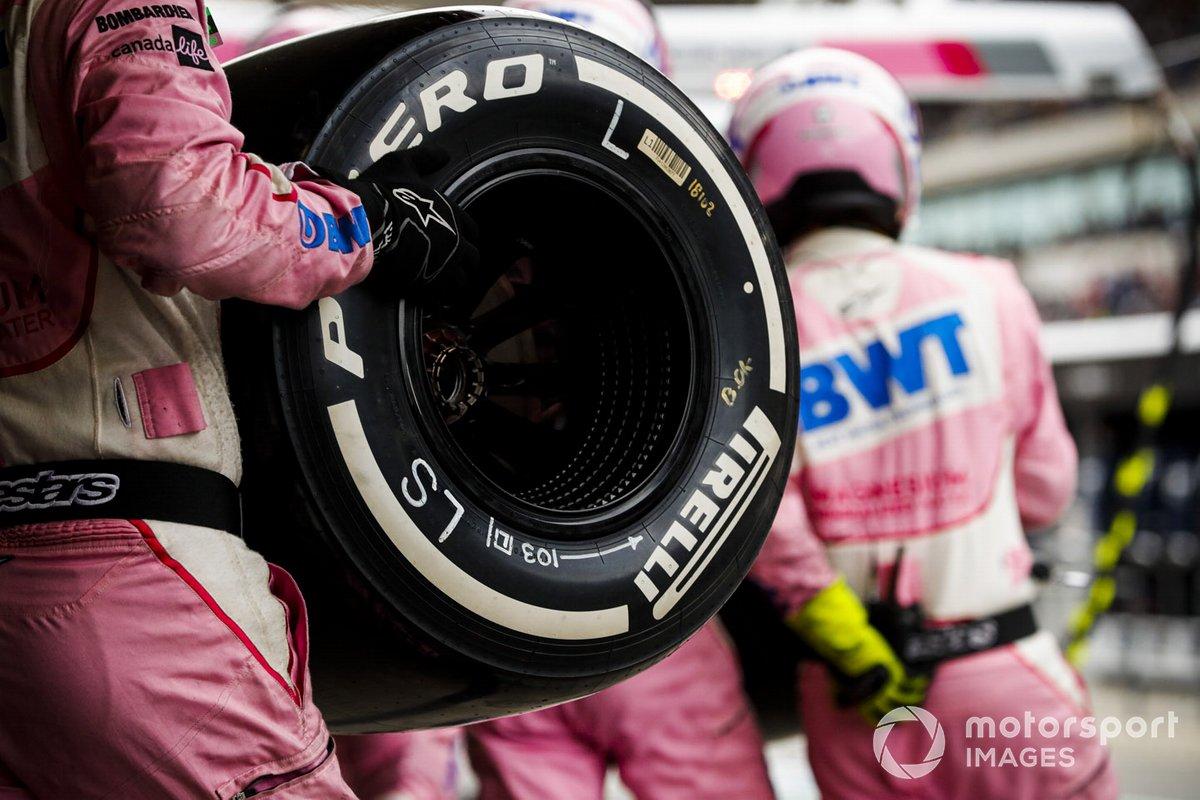 Mecánico de Racing Point con neumático Pirelli