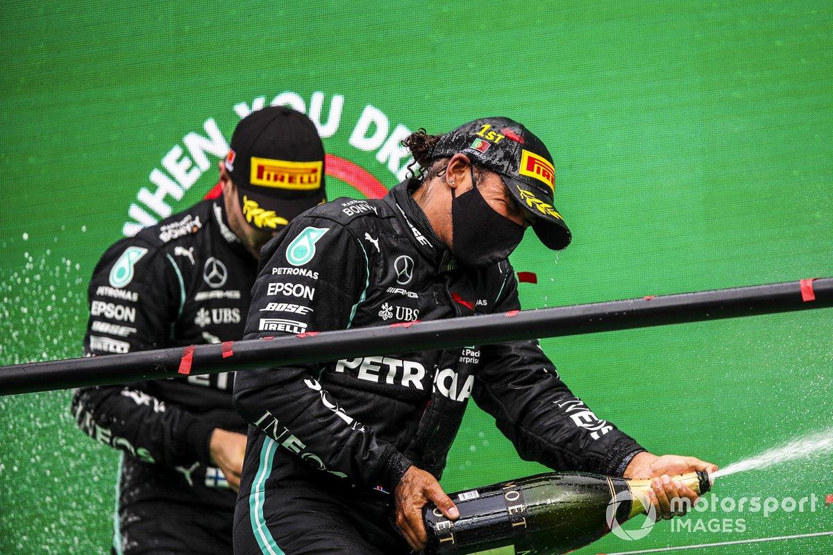 Il vincitoreLewis Hamilton, Mercedes-AMG F1 e Valtteri Bottas, Mercedes-AMG F1, festeggia sul podio con lo champagne