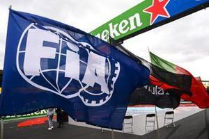 Een enorme FIA-vlag op de grid