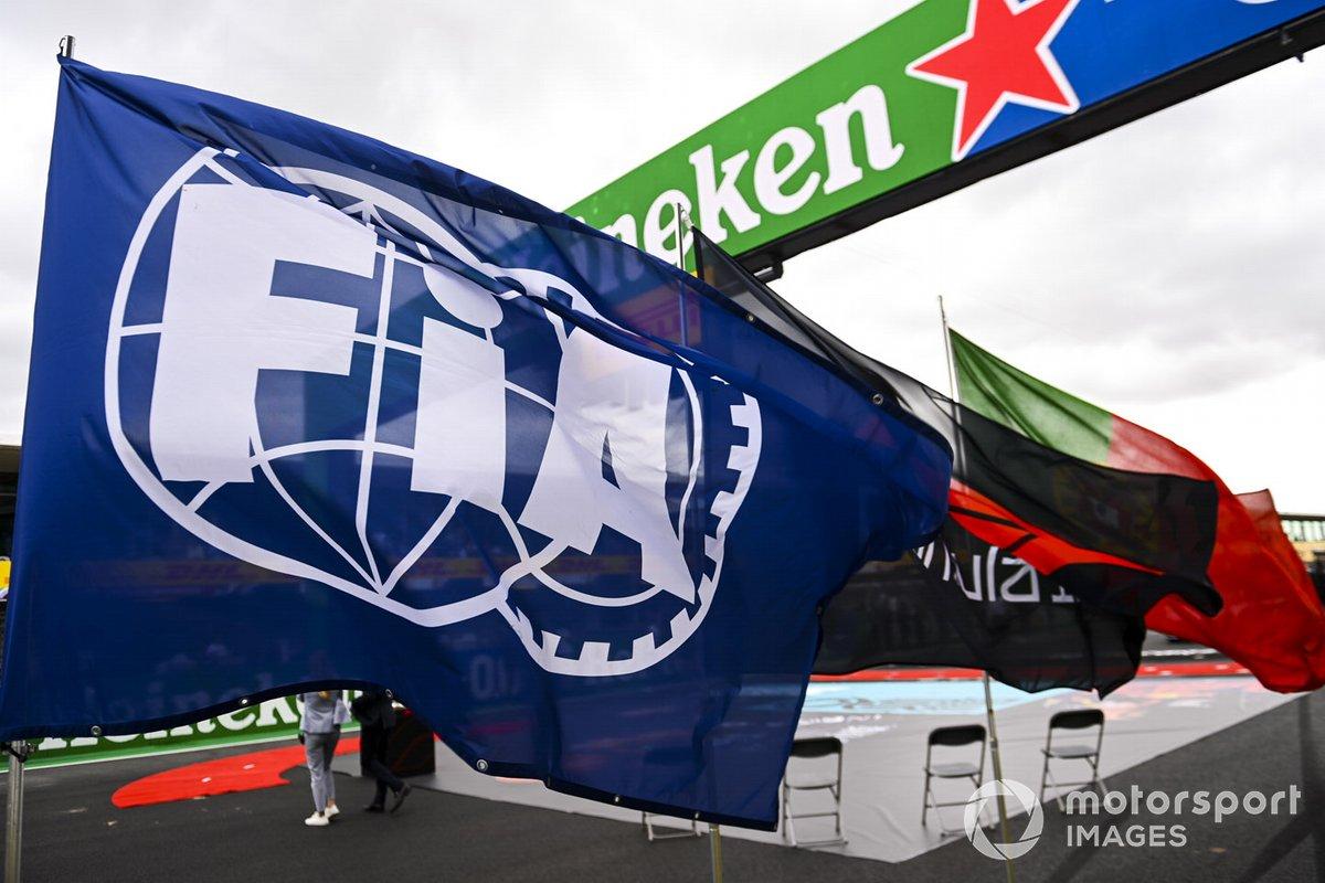 Una enorme bandera de la FIA ondea en la parrilla