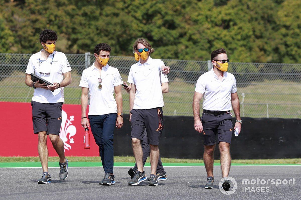 Lando Norris, McLaren, cammina in pista
