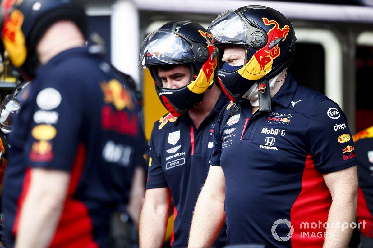 Red Bull Racing Mechanics en el garaje