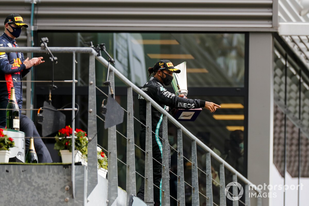 Podio: ganador Lewis Hamilton, Mercedes-AMG F1 y el tercer lugar Max Verstappen, Red Bull Racing