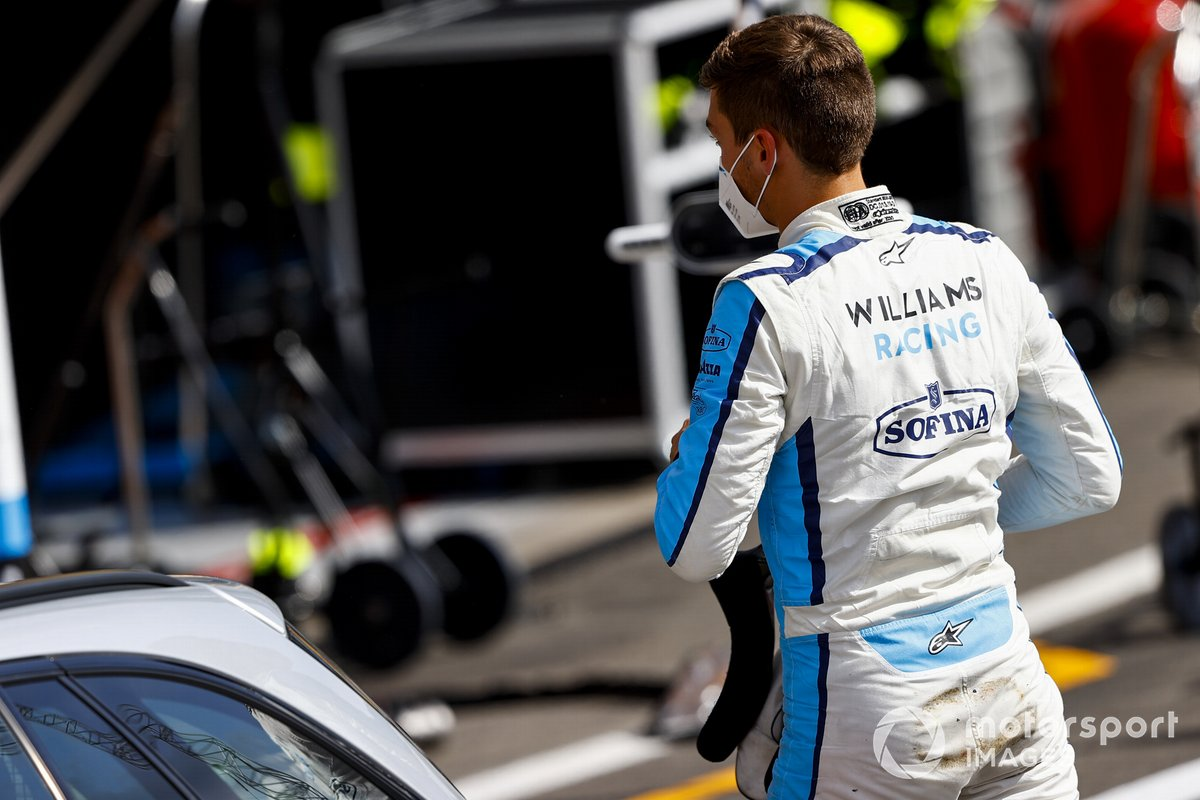 George Russell, Williams Racing, is torna ai box con l'auto medica dopo l'incidente