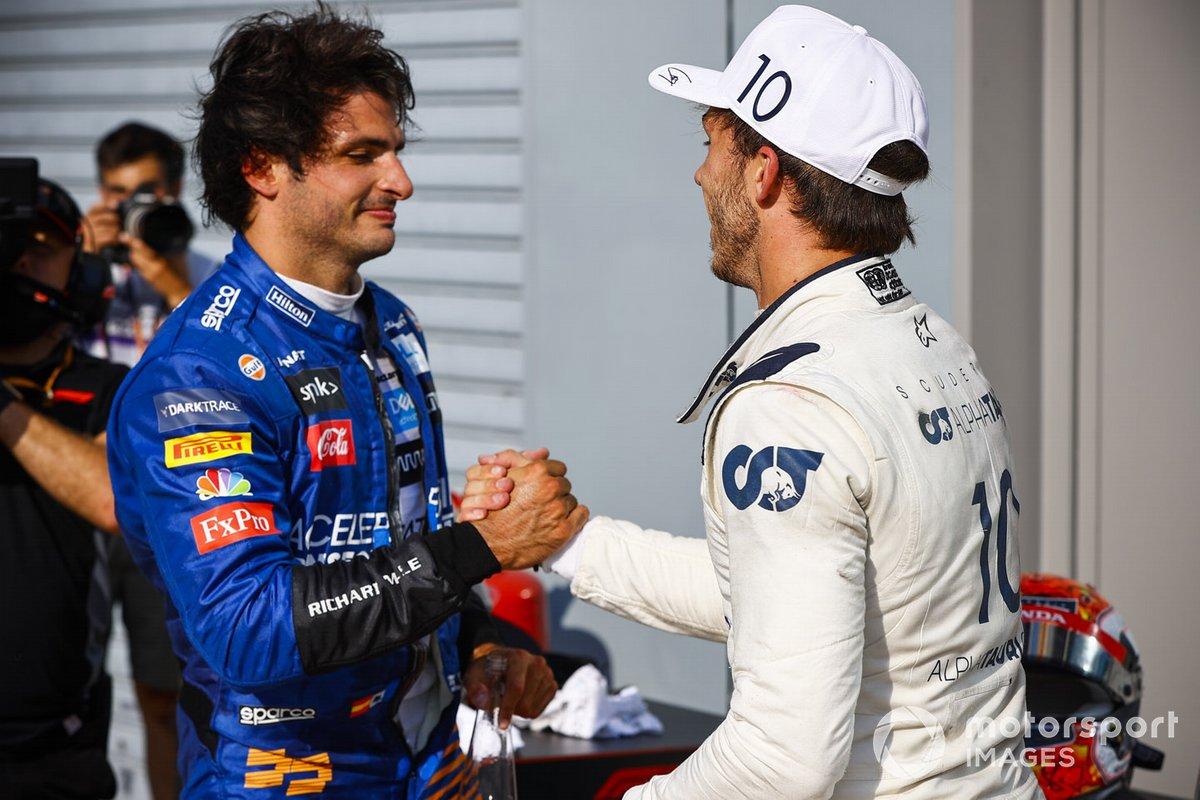 El segundo lugar Carlos Sainz Jr., McLaren y el ganador de la carrera Pierre Gasly, AlphaTauri celebran