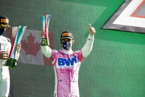 Le vainqueur Pierre Gasly, AlphaTauri, et Lance Stroll, Racing Point, 3ème position, fêtent sur le podium avec leurs trophées