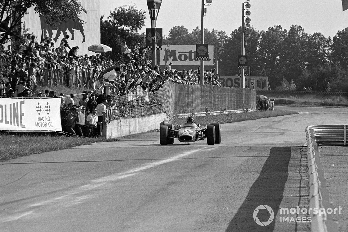 …и в этот самый момент Грэм Хилл, который лидировал с минутным преимуществом, медленно подкатился к въезду на пит-лейн. Мотор Cosworth DFV только проходил через фазу «детских болезней» и очень не вовремя подвел своего пилота