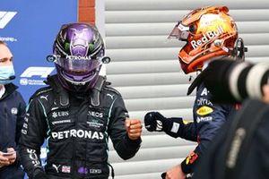Lewis Hamilton, Mercedes, y el ganador de la pole Max Verstappen, Red Bull Racing, en Parc Ferme