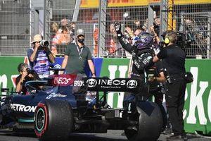 Lewis Hamilton, Mercedes, 2e positie, komt aan in Parc Ferme