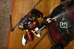 Max Verstappen, Red Bull Racing, 1a posizione, spruzza Champagne sul podio