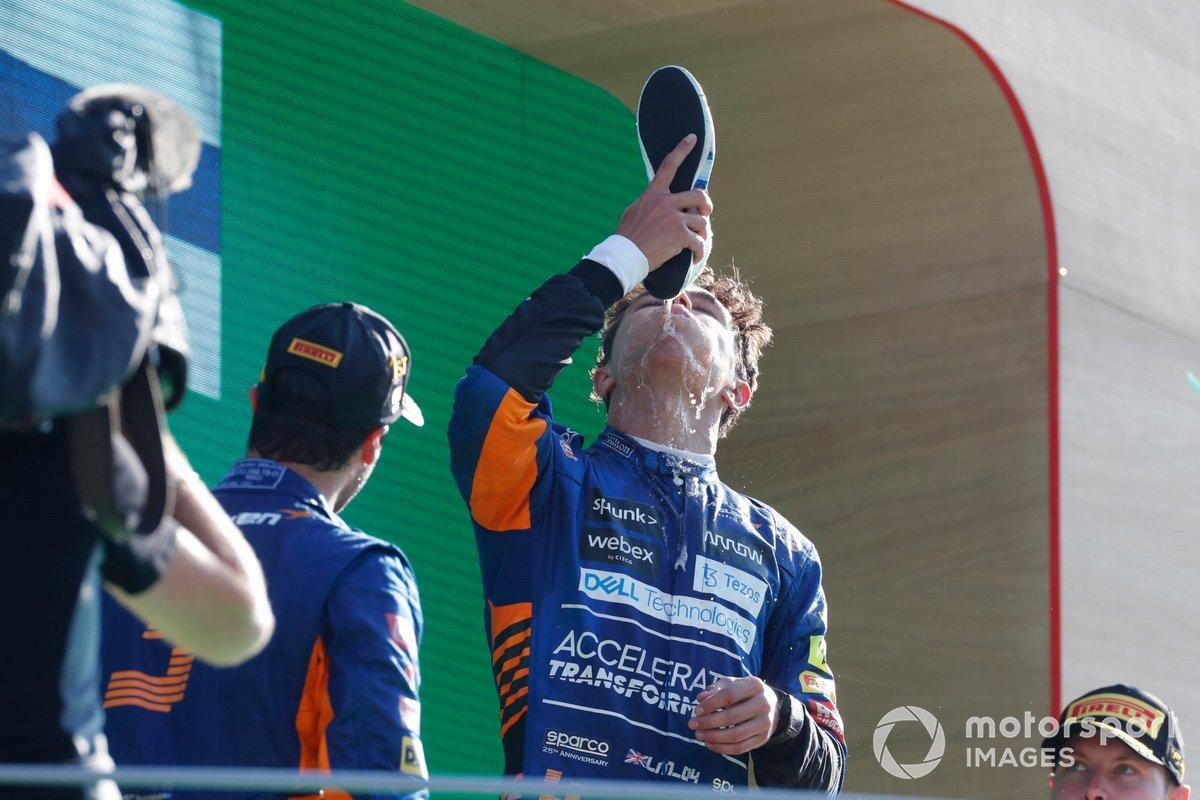 Podio: segundo lugar Lando Norris, McLaren bebe del zapato de Daniel Ricciardo