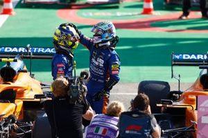 Lando Norris, McLaren, 2e positie, en Daniel Ricciardo, McLaren, 1e positie, feliciteren elkaar in Parc Ferme