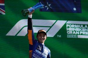Lando Norris, McLaren, 2e plaats, viert feest op het podium