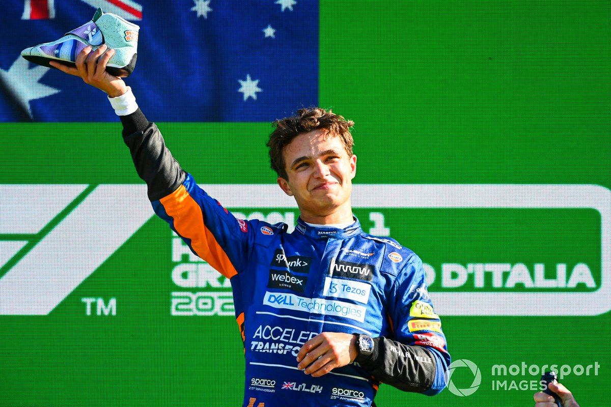 Lando Norris, McLaren, 2° posición, en el festejo del podio en Italia.