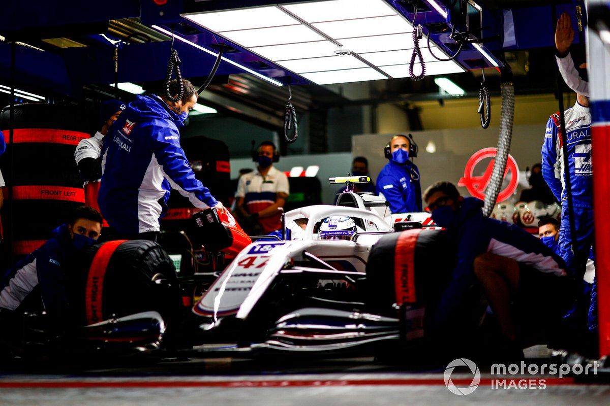 Mick Schumacher, Haas VF-21, nel garage con i meccanici