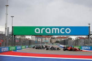 Charles Leclerc, Ferrari SF21, Pierre Gasly, AlphaTauri AT02, en Valtteri Bottas, Mercedes W12