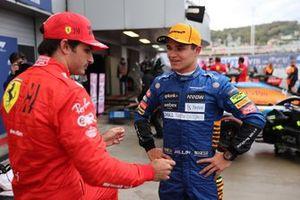 Carlos Sainz Jr., Ferrari, parle au poleman Lando Norris, McLaren