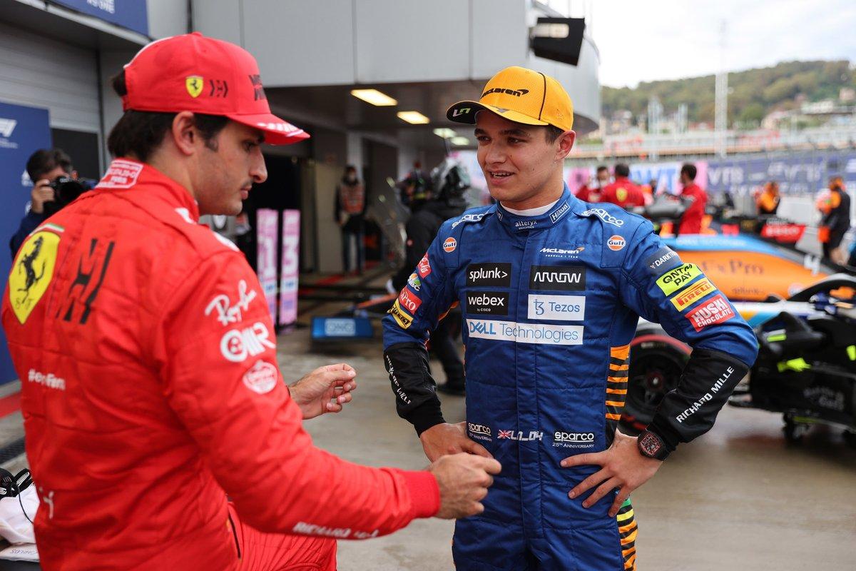 Carlos Sainz Jr., Ferrari, parla con Lando Norris, McLaren