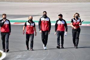 Antonio Giovinazzi, Alfa Romeo Racing, loopt over het circuit met leden van zijn team