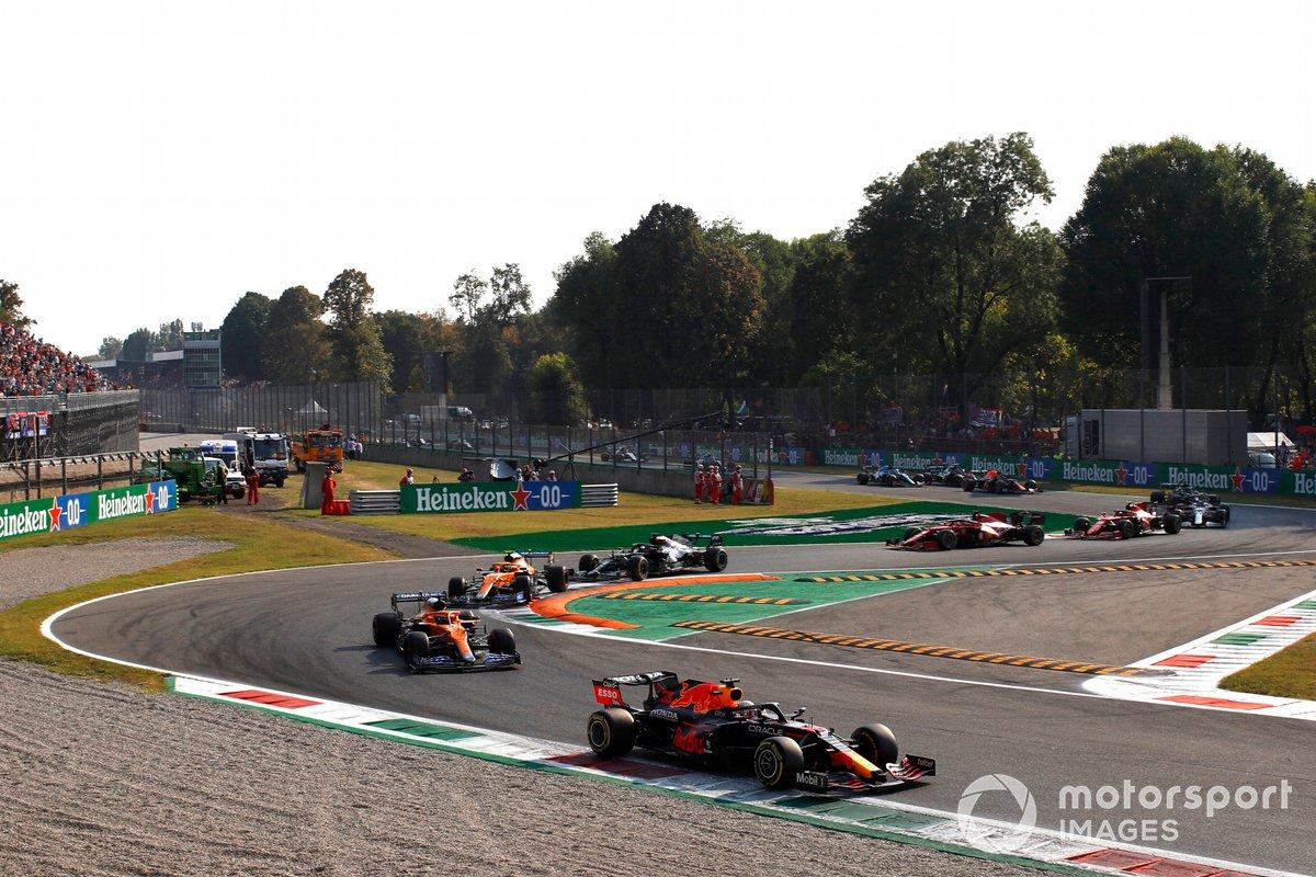 Max Verstappen, Red Bull Racing RB16B, Daniel Ricciardo, McLaren MCL35M, Lando Norris, McLaren MCL35M