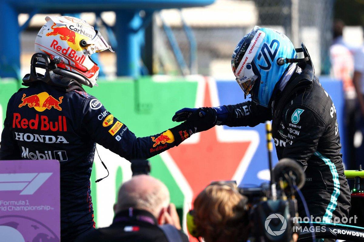 Ganador de la carrera sprint Valtteri Bottas, Mercedes y el segundo lugar Max Verstappen, Red Bull Racing, en Parc Ferme