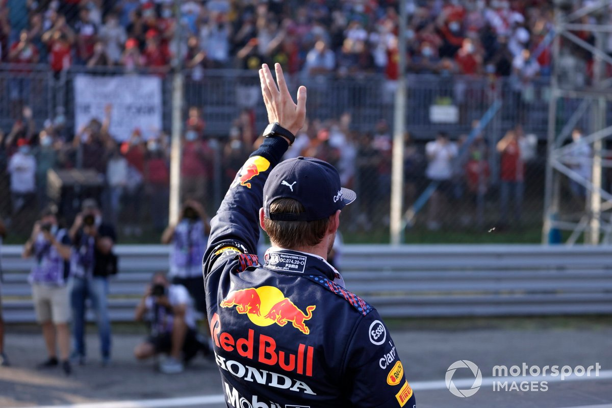El segundo lugar de la carrera sprint Max Verstappen, Red Bull Racing, en Parc Ferme