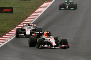 Sergio Perez, Red Bull Racing RB16B, Mick Schumacher, Haas VF-21, en Lewis Hamilton, Mercedes W12