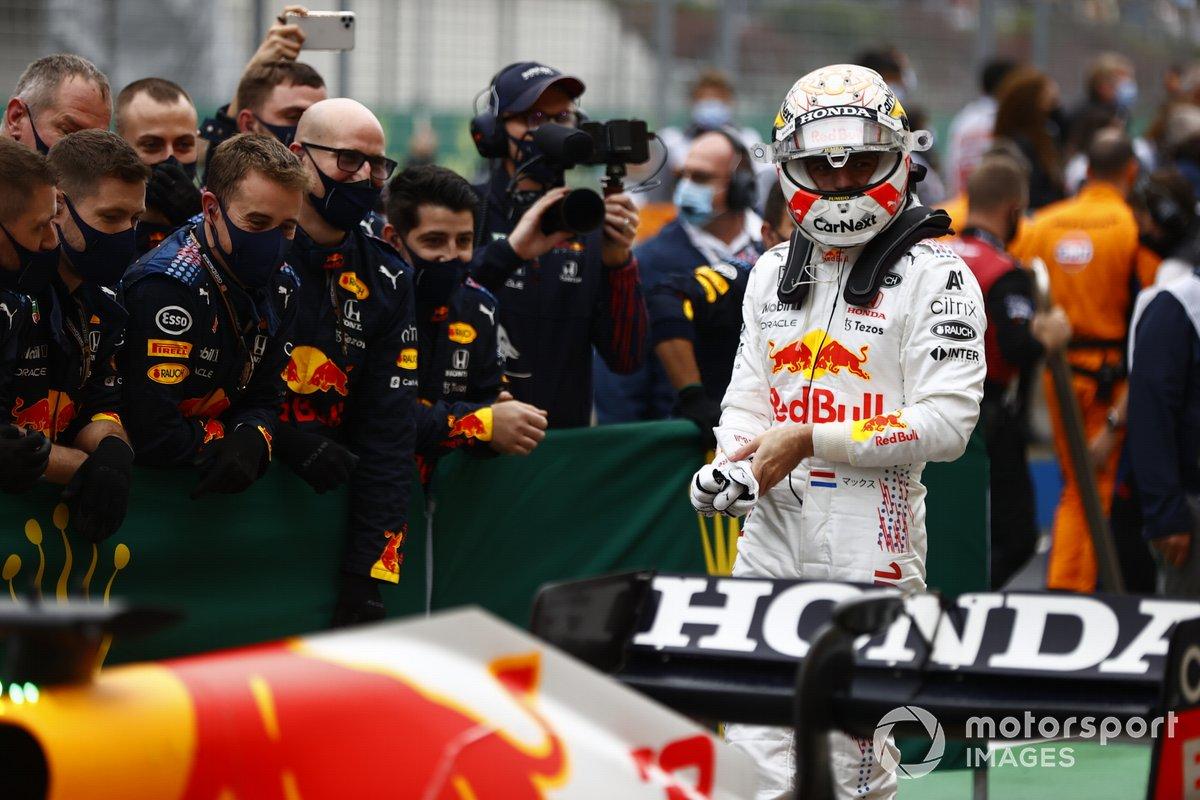 Max Verstappen, Red Bull Racing, 2ª posición, en Parc Ferme
